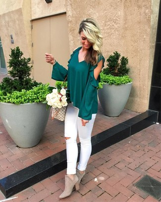 Wie kombinieren: dunkelgrüne Langarmbluse mit Rüschen, weiße enge Jeans mit Destroyed-Effekten, graue Wildleder Stiefeletten, graue bedruckte Shopper Tasche aus Segeltuch
