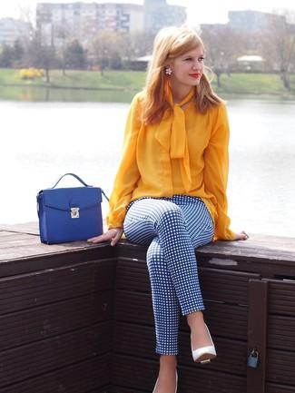 Wie kombinieren: gelbe Langarmbluse, weiße und blaue enge Hose mit Karomuster, weiße Leder Pumps, blaue Satchel-Tasche aus Leder