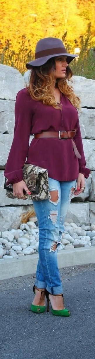 Wie kombinieren: lila Langarmbluse, blaue enge Jeans mit Destroyed-Effekten, grüne Wildleder Pumps mit Ausschnitten, graue Leder Clutch mit Schlangenmuster