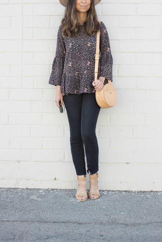 Wie kombinieren: schwarze bedruckte Langarmbluse, schwarze enge Jeans, beige Leder Sandaletten, beige Leder Umhängetasche