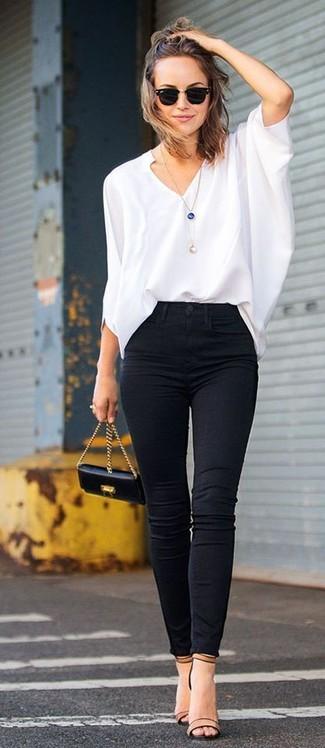 Tragen Sie eine weiße Langarmbluse und schwarzen enge Jeans, um einen schicken, glamurösen Look zu erhalten. Komplettieren Sie Ihr Outfit mit beige Leder Sandaletten.