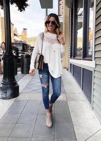 Wie kombinieren: weiße Spitze Langarmbluse, dunkelblaue enge Jeans mit Destroyed-Effekten, graue Wildleder Stiefeletten, braune Leder Umhängetasche