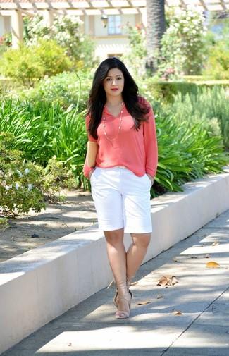 Wie kombinieren: fuchsia Langarmbluse, weiße Shorts, hellbeige Leder Sandaletten, hellbeige Leder Clutch