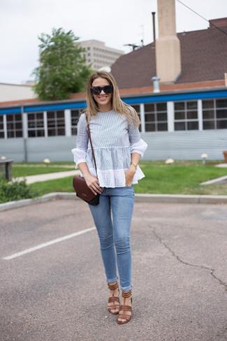 Wie kombinieren: hellblaue Langarmbluse, hellblaue enge Jeans, braune Leder Sandaletten, dunkelrote Leder Umhängetasche