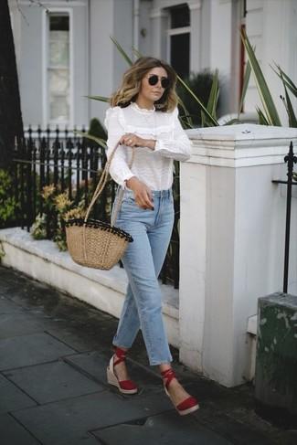 Wie kombinieren: weiße Langarmbluse mit Rüschen, hellblaue Jeans, rote Keilsandaletten aus Wildleder, beige Stroh Umhängetasche