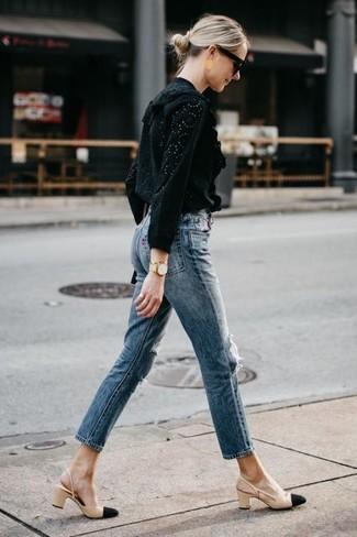 Wie kombinieren: schwarze Langarmbluse mit Lochstickerei, blaue Jeans, schwarze und gelbbraune Leder Pumps, schwarze Sonnenbrille