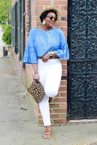 Wie kombinieren: hellblaue Chambray Langarmbluse, weiße Jeans, beige Römersandalen aus Leder, beige Wildleder Clutch mit Leopardenmuster