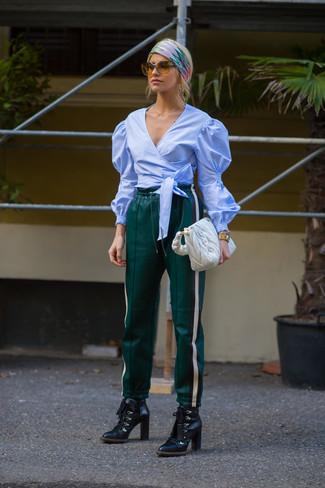 Wie kombinieren: hellblaue Langarmbluse, dunkelgrüne Jogginghose aus Leder, schwarze Schnürstiefeletten aus Leder, weiße gesteppte Shopper Tasche aus Leder