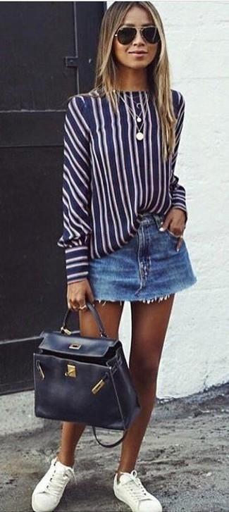 Wie kombinieren: dunkelblaue und weiße vertikal gestreifte Langarmbluse, blauer Jeans Minirock, weiße Leder niedrige Sneakers, schwarze Satchel-Tasche aus Leder