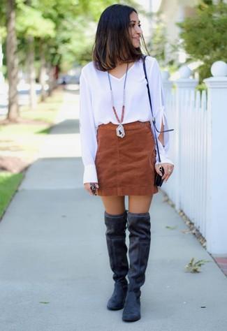 Wie kombinieren: weiße Langarmbluse, brauner Wildleder Minirock, schwarze Overknee Stiefel aus Wildleder, schwarze Leder Umhängetasche