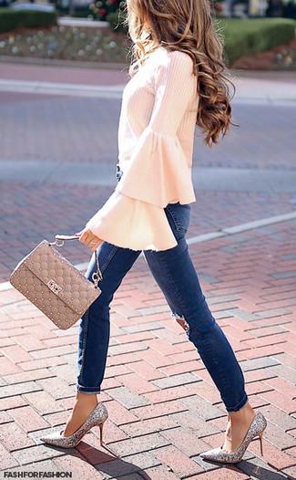 Wie kombinieren: rosa Langarmbluse mit Rüschen, dunkelblaue enge Jeans mit Destroyed-Effekten, silberne Paillette Pumps, hellbeige gesteppte Satchel-Tasche aus Leder