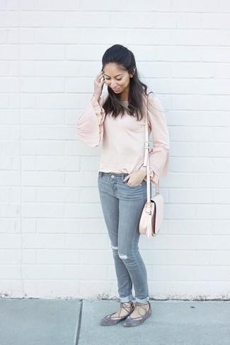 buy popular b8fca 7e4b3 rosa Langarmbluse, graue Jeans mit Destroyed-Effekten, graue ...
