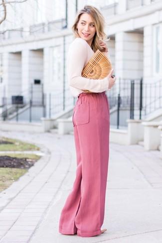 Wie kombinieren: rosa Langarmbluse, fuchsia weite Hose, hellbeige Leder Pumps, beige Stroh Clutch