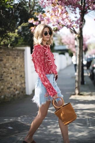 Wie kombinieren: rote bedruckte Langarmbluse, hellblauer Jeans Minirock, rote flache Sandalen aus Wildleder, rotbraune Shopper Tasche aus Wildleder