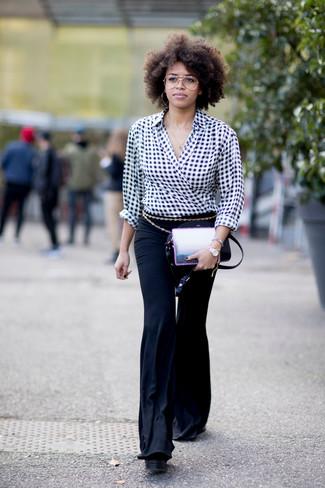 Wie kombinieren: schwarze und weiße Langarmbluse mit Vichy-Muster, schwarze Schlaghose, schwarze Leder Umhängetasche, goldener Gürtel