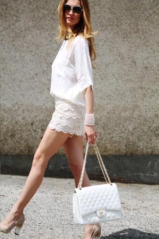 Wie kombinieren: weiße Langarmbluse, weiße Häkelshorts, hellbeige Wildleder Pumps, weiße gesteppte Satchel-Tasche aus Leder