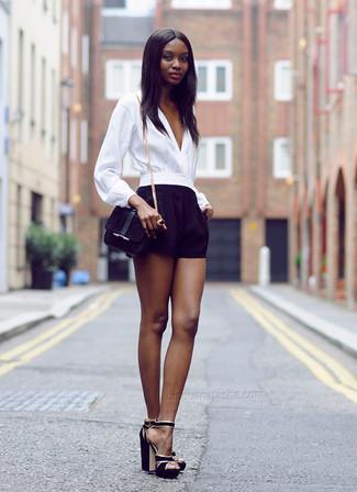 Wie kombinieren: weiße Langarmbluse, schwarze Shorts, schwarze Wildleder Sandaletten, schwarze Wildleder Umhängetasche