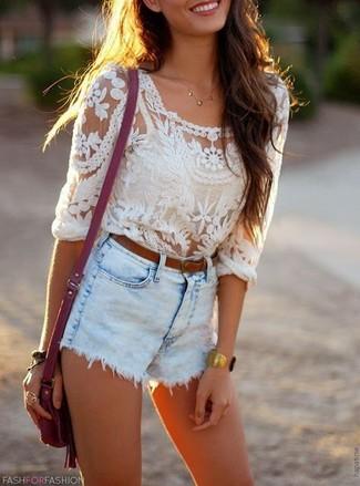 Wie kombinieren: weiße Spitze Langarmbluse, hellblaue Jeansshorts, lila Leder Umhängetasche, brauner Ledergürtel