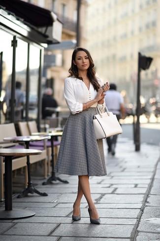 Wie kombinieren: weiße Langarmbluse, grauer ausgestellter Rock, graue Leder Pumps, weiße Shopper Tasche aus Leder
