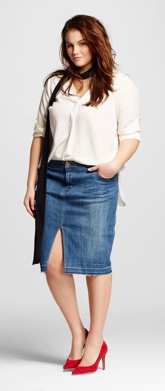 Weiße Seide Langarmbluse kombinieren – 39 Damen Outfits: Diese Kombination aus einer weißen Seide Langarmbluse und einem blauen Jeans Bleistiftrock ist ein besonderer Hingucker. Rote Wildleder Pumps sind eine perfekte Wahl, um dieses Outfit zu vervollständigen.