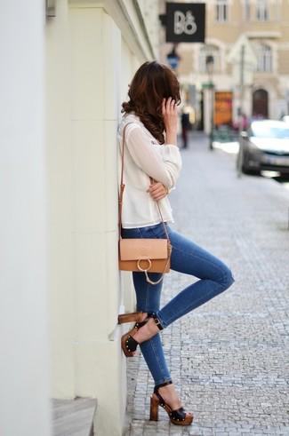 Wie kombinieren: weiße Seide Langarmbluse, blaue enge Jeans mit Destroyed-Effekten, schwarze Leder Sandaletten, beige Leder Umhängetasche