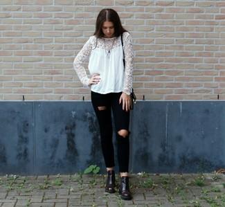 Diese Kombination aus einer weißen Spitze Langarmbluse und schwarzen engen Jeans mit Destroyed-Effekten fällt genau aus den richtigen Gründen auf. Vervollständigen Sie Ihr Look mit dunkelroten Chelsea-Stiefeln aus Leder.