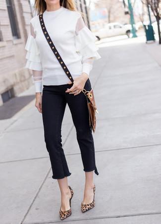 Wie kombinieren: weiße Langarmbluse mit Rüschen, schwarze Fransen Jeans, braune Wildleder Pumps mit Leopardenmuster, schwarze beschlagene Leder Umhängetasche