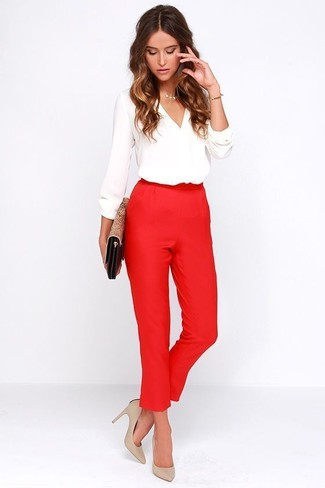 Hellbeige Leder Pumps kombinieren – 500+ Damen Outfits: Möchten Sie ein interessantes, legeres Outfit schaffen, ist die Kombi aus einer weißen Langarmbluse und einer roten Karottenhose ganz gut. Hellbeige Leder Pumps sind eine perfekte Wahl, um dieses Outfit zu vervollständigen.