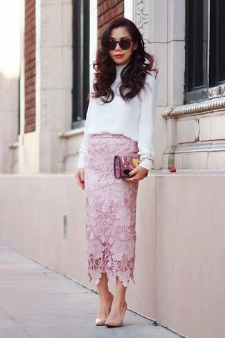 Wie kombinieren: weiße Langarmbluse, rosa Midirock aus Spitze, beige Leder Pumps, rosa Leder Clutch