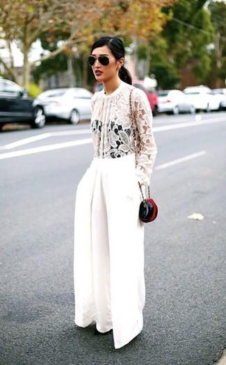 Wie kombinieren: weiße Spitze Langarmbluse, weiße weite Hose, schwarze Leder Umhängetasche, schwarze und goldene Sonnenbrille