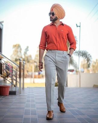 Wie kombinieren: orange Langarmhemd, hellbeige Anzughose, braune Chelsea-Stiefel aus Leder, schwarze Sonnenbrille