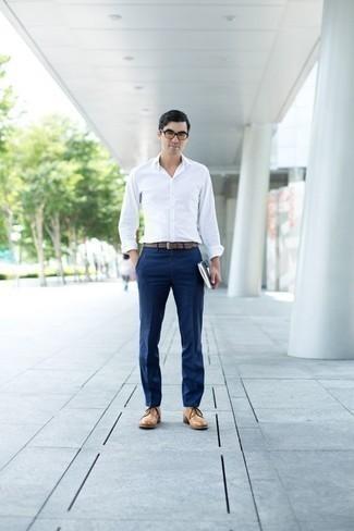 Herren Outfits & Modetrends 2020: elegante Outfits: Entscheiden Sie sich für ein weißes Langarmhemd und eine dunkelblaue Anzughose für einen stilvollen, eleganten Look. Beige Leder Derby Schuhe sind eine ideale Wahl, um dieses Outfit zu vervollständigen.