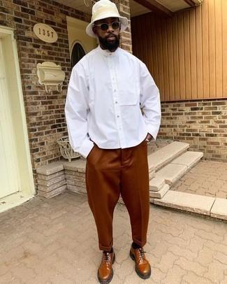 Fischerhut kombinieren – 168 Herren Outfits: Für ein bequemes Couch-Outfit, tragen Sie ein weißes Langarmhemd und einen Fischerhut. Fühlen Sie sich mutig? Wählen Sie rotbraunen Leder Derby Schuhe.