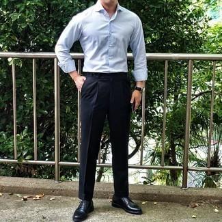 Hellblaues vertikal gestreiftes Langarmhemd kombinieren – 201 Herren Outfits: Paaren Sie ein hellblaues vertikal gestreiftes Langarmhemd mit einer dunkelblauen Anzughose für eine klassischen und verfeinerte Silhouette. Heben Sie dieses Ensemble mit schwarzen Leder Derby Schuhen hervor.