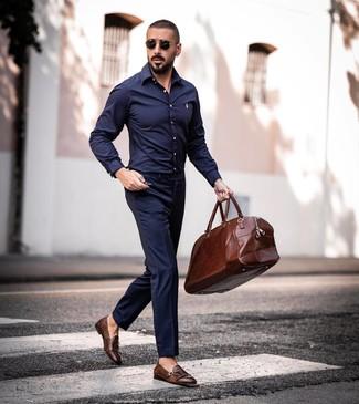Wie kombinieren: dunkelblaues Langarmhemd, dunkelblaue Anzughose, braune Doppelmonks aus Leder, braune Leder Reisetasche