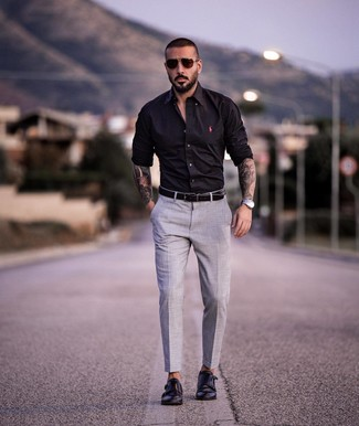 Wie kombinieren: schwarzes Langarmhemd, graue Anzughose, schwarze Doppelmonks aus Leder, schwarzer Ledergürtel