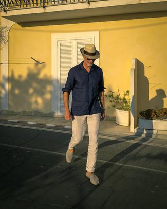 50 Jährige: Silberne Uhr kombinieren – 330 Herren Outfits: Für ein bequemes Couch-Outfit, kombinieren Sie ein dunkelblaues Leinen Langarmhemd mit einer silbernen Uhr. Putzen Sie Ihr Outfit mit grauen Segeltuch Espadrilles.