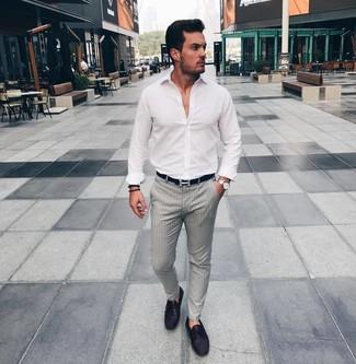 Wie kombinieren: weißes Langarmhemd, graue vertikal gestreifte Anzughose, dunkellila Leder Mokassins, schwarzer Ledergürtel