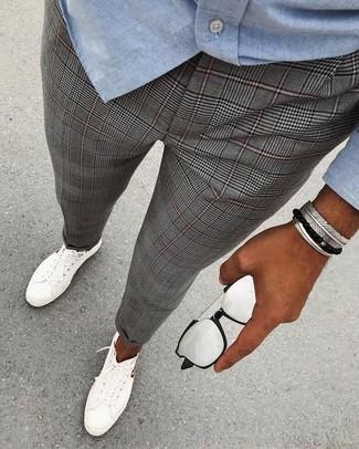 Wie kombinieren: hellblaues Chambray Langarmhemd, graue Anzughose mit Schottenmuster, weiße niedrige Sneakers, silberne Sonnenbrille