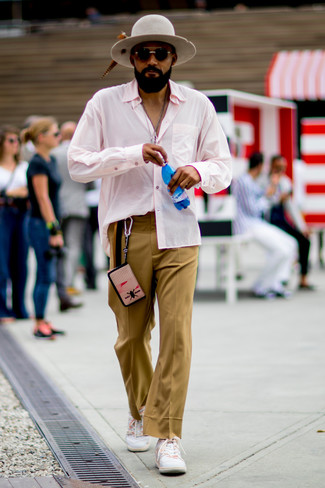 Wie kombinieren: rosa Langarmhemd, beige Anzughose, weiße niedrige Sneakers, grauer Wollhut
