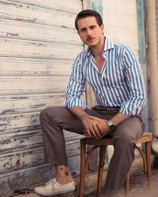 Mehrfarbiges Perlen Armband kombinieren – 109 Herren Outfits: Für ein bequemes Couch-Outfit, kombinieren Sie ein weißes und blaues vertikal gestreiftes Langarmhemd mit einem mehrfarbigen Perlen Armband. Fühlen Sie sich ideenreich? Ergänzen Sie Ihr Outfit mit hellbeige Segeltuch niedrigen Sneakers.