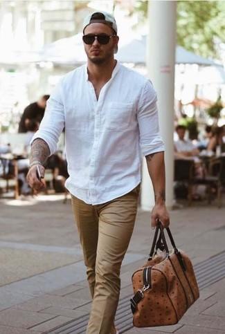 Braune Leder Reisetasche kombinieren: elegante Outfits: trends 2020: Ein weißes Langarmhemd und eine braune Leder Reisetasche sind eine gute Outfit-Formel für Ihre Sammlung.