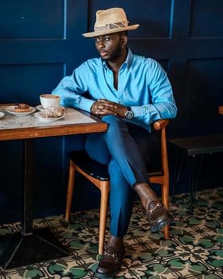 Wie kombinieren: blaues Langarmhemd, blaue Anzughose, dunkelbraune Leder Slipper, hellbeige Strohhut