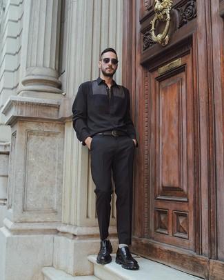 Wie kombinieren: schwarzes Langarmhemd, schwarze Anzughose, schwarze klobige Leder Slipper, schwarzer Ledergürtel