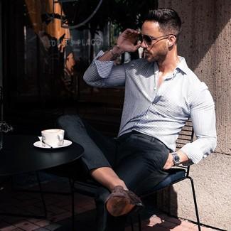 Wie kombinieren: weißes und dunkelblaues vertikal gestreiftes Langarmhemd, schwarze Anzughose, dunkelbraune Wildleder Slipper, schwarze Sonnenbrille