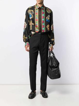 Schwarze Leder Reisetasche kombinieren: Paaren Sie ein schwarzes bedrucktes Langarmhemd mit einer schwarzen Leder Reisetasche für einen entspannten Wochenend-Look. Fühlen Sie sich mutig? Komplettieren Sie Ihr Outfit mit schwarzen Leder Slippern.