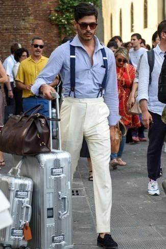 Hellblaues vertikal gestreiftes Langarmhemd kombinieren – 11 Elegante Herren Outfits: Vereinigen Sie ein hellblaues vertikal gestreiftes Langarmhemd mit einer weißen Anzughose, um vor Klasse und Perfektion zu strotzen. Ergänzen Sie Ihr Outfit mit dunkelblauen Wildleder Slippern, um Ihr Modebewusstsein zu zeigen.