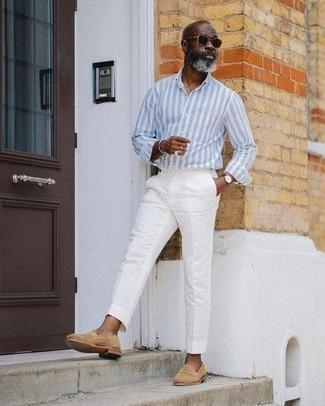 50 Jährige: Hellblaues vertikal gestreiftes Langarmhemd kombinieren – 16 Herren Outfits: Kombinieren Sie ein hellblaues vertikal gestreiftes Langarmhemd mit einer weißen Anzughose für eine klassischen und verfeinerte Silhouette. Fühlen Sie sich ideenreich? Vervollständigen Sie Ihr Outfit mit beige Wildleder Slippern.
