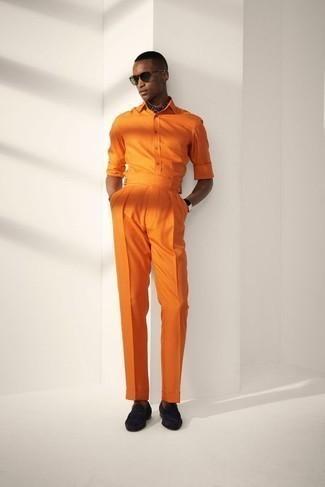 Schwarze Wildleder Slipper kombinieren – 252 Herren Outfits: Erwägen Sie das Tragen von einem orange Langarmhemd und einer orange Anzughose, um vor Klasse und Perfektion zu strotzen. Dieses Outfit passt hervorragend zusammen mit schwarzen Wildleder Slippern.