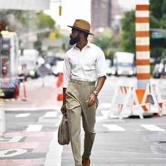 Hut kombinieren – 1200+ Herren Outfits: Paaren Sie ein weißes Langarmhemd mit einem Hut für einen entspannten Wochenend-Look. Fühlen Sie sich mutig? Vervollständigen Sie Ihr Outfit mit beige Wildleder Slippern.